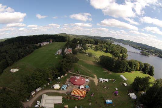 Vue aérienne des différentes structures du Festival interculturel du conte sur l'île de Vassivière autour du lac.