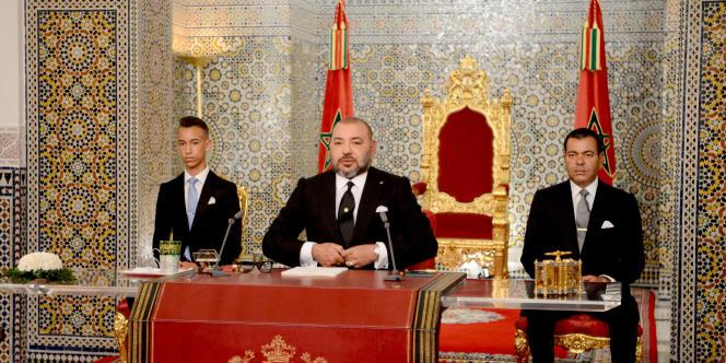 Le roi du Maroc, Mohammed VI, entouré de son fils, Hassan, et de son frère, Moulay Rachid, le 29juillet 2017, à Tétouan, lors de la fête du Trône.