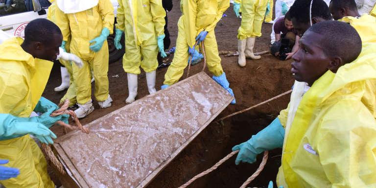 Enterrements collectifs de victimes des coulées de boue, au cimetière de Waterloo, près de Freetown, le 17août.