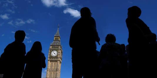 La tour Elizabeth du palais de Westminster abrite Big Ben, nom de la cloche qui sonne tous les quarts d'heure.