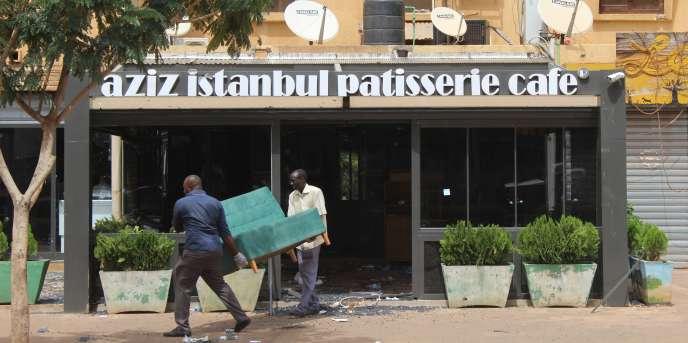 Mercredi 17août, des volontaires déblayent le café-restaurant Aziz Istanbul, à Ouagadougou, cible d'une attaque terroriste le soir du 13août.