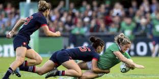 Amédée Montserrat plaque la joueuse irlandaise Alisson Miller lors du match France-Irlande à l'UCD Bowl de Dublin, le 17 août.