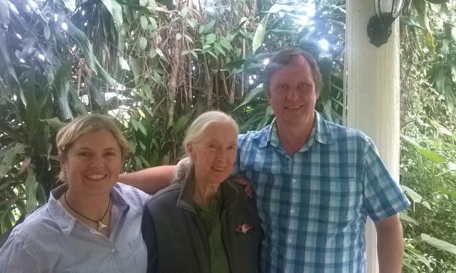 Wayne Lotter avec la primatologue Jane Goodall (au centre) and Krissie Clar, cofondatrice de PAMS.