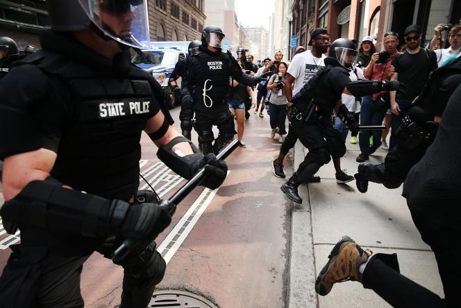 Des heurts ont éclaté en marge de la manifestation contre le racisme entre des policiers et des manifestants, le 19 août.