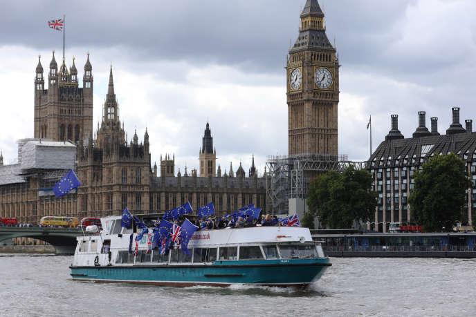 Des militants pro-Union européenne sur la Tamise, devant le Parlement britannique à Londres, le 19août.