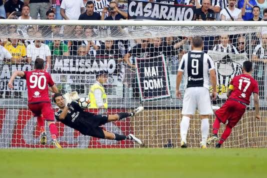 Le gardien de la Juventus Gianluigi Buffon arrête le penalty de Cagliari, samedi 19 août.