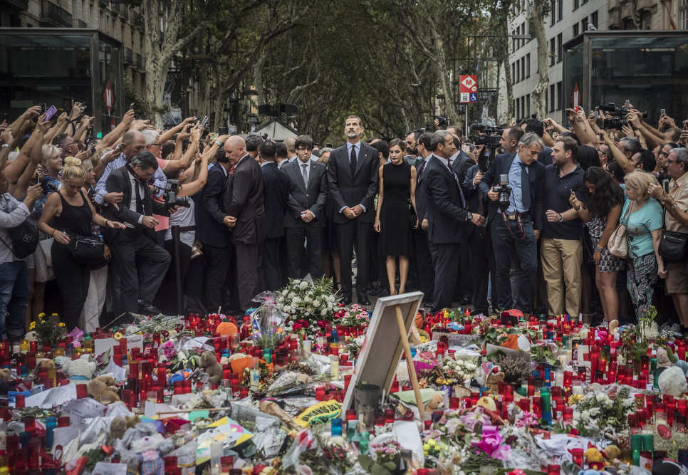 Le roi d'Espagne FelipeVI et la reine Letizia ont rendu hommage, samedi 19août, aux victimes des attentats de Barcelone.