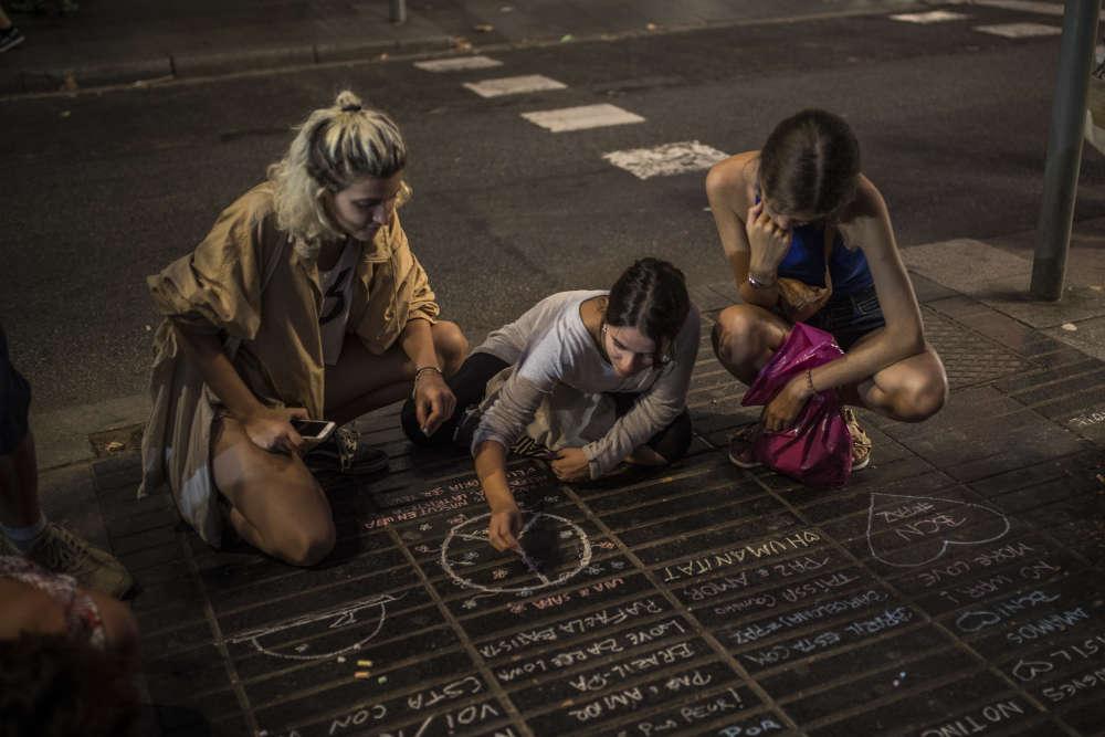 Fleurs, messages, bougies, peluches… Un autel improvisé a pris forme sur les Ramblas de Barcelone, peu après les attaques du 17août.