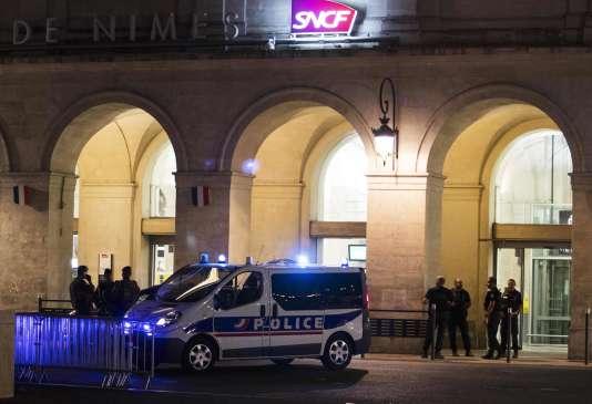 Dispositif policier après le signalement d'un homme armé en gare de Nîmes, le 19 août.