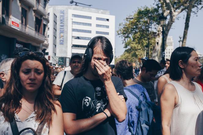 Pendant la minute de silence, à Barcelone, le 18 août.