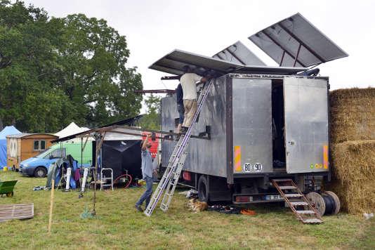 Le camion à panneaux solaires, pour recharger les téléphones portables.