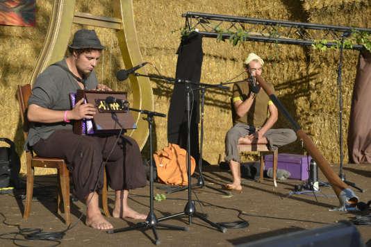 Concert improvisé entre deux musiciens qui ne se connaissaient pas.