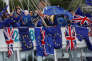 Des manifestants anti-Brexit brandissent des drapeaux anglais et européens sur la Tamise, près du Parlement, à Londres, samedi 19août.