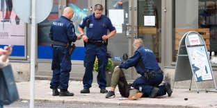 Un suspect (au sol) a été appréhendé par la police sur la place du marché de Turku, le 18 août.