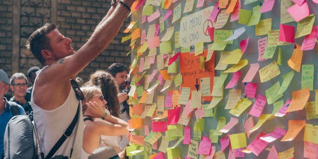 Un homme pose un Post-it sur le kiosque où l'attaque revendiquée par l'EI a eu lieu, à Barcelone, le 18 août.