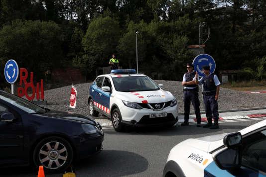La police catalane a établi un barrage à l'entrée de la localité de Ripoll, le 19 août.