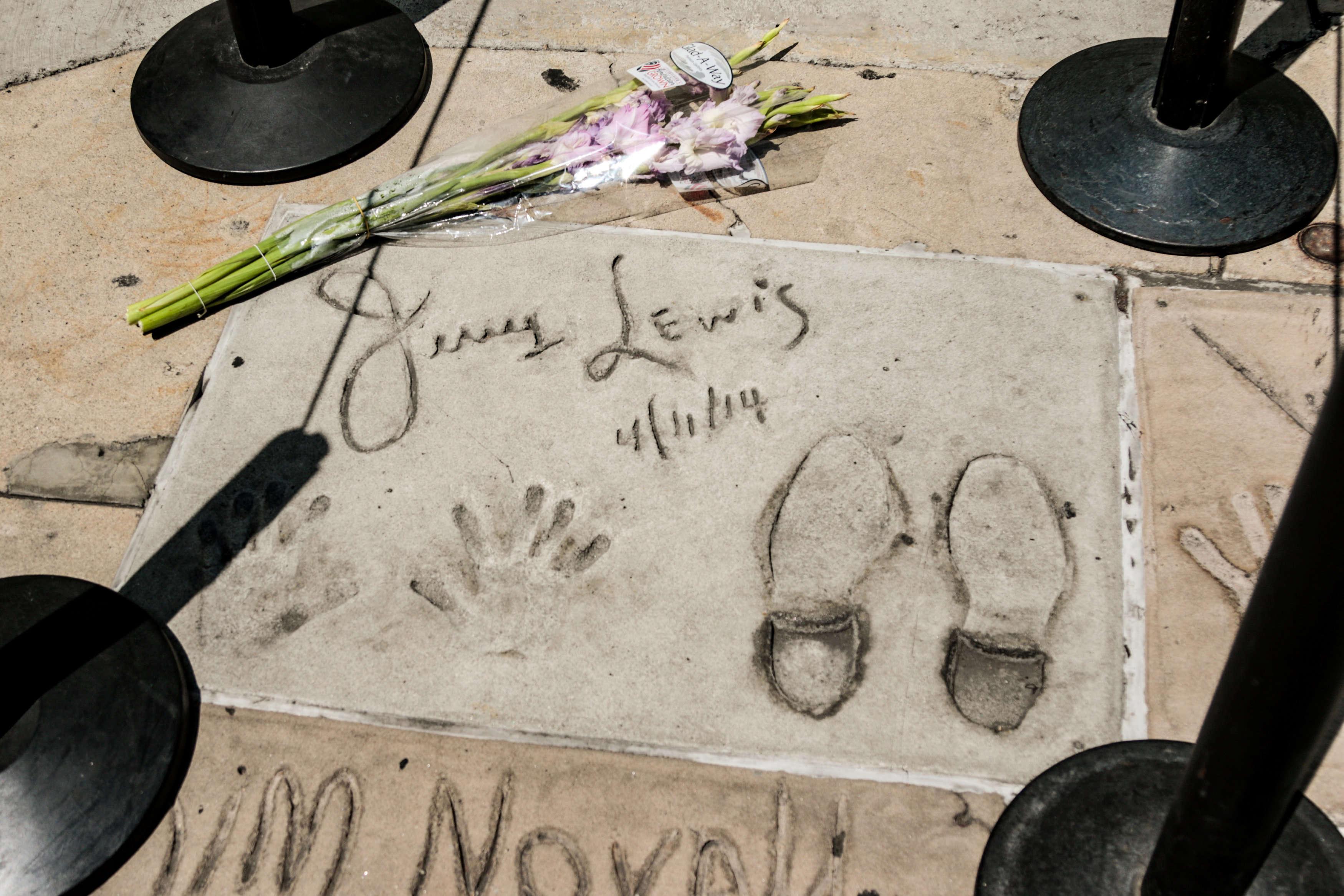 Les empreintes de Jerry Lewis sur Hollywood Boulevard. Le 20 août.