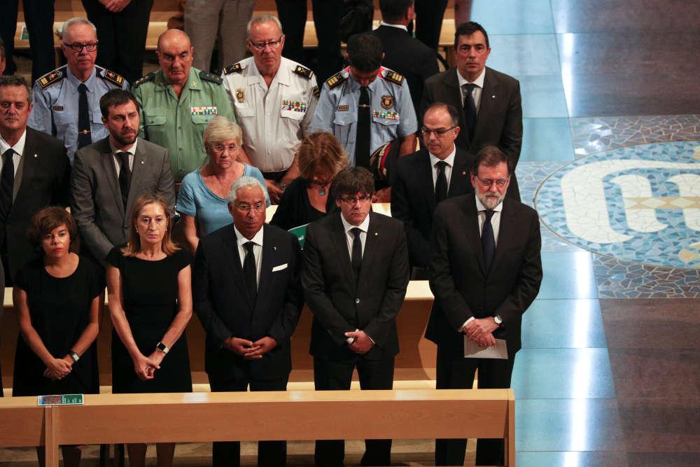 Le premier ministre espagnol, Mariano Rajoy, le président de la Catalogne, Carles Puigdemont, et le premier ministre portugais, Antonio Costa, étaient également présents à la Sagrada Familia dimanche.