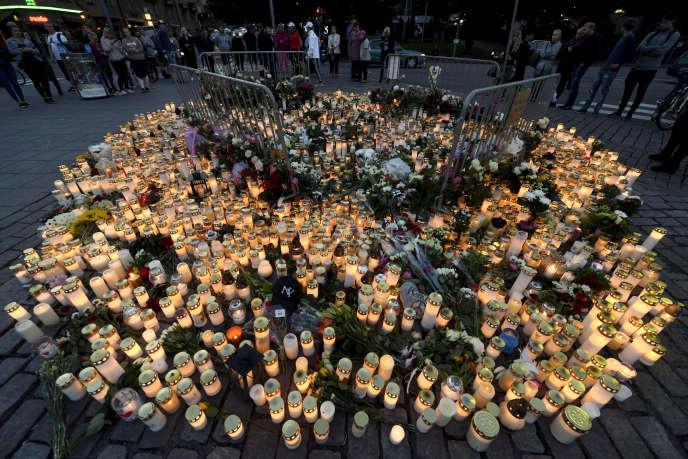 Des centaines de personnes se sont réunies sur les lieux du drame à Turku, autour d'un parterre de bougies et de fleurs.