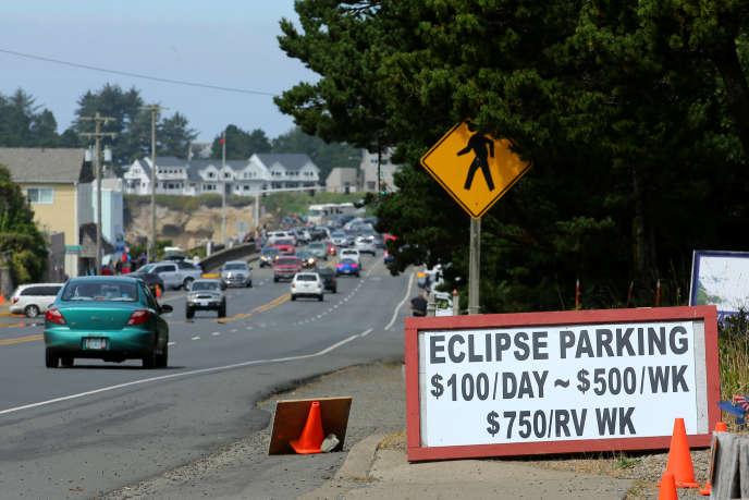 A Depoe Bay, dans l'Oregon, dimanche 20 août, les places de parking pour voir l'éclipse s'arrachent à prix d'or.