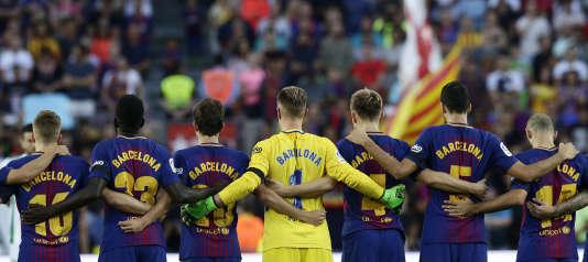 Les joueurs du FC Barcelone ont rendu hommage aux victimes des attentats de Catalogne, le 20 août 2017.