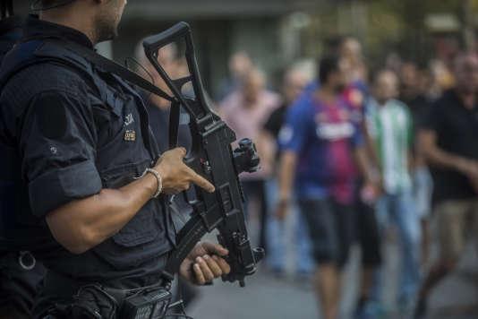 La sécurité a été renforcée aux abords du Camp Nou, dimanche 20 août.
