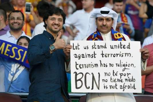 De nombreux supporteurs du Barça portaient des pancartes appelant à l'unité contre le terrorisme, le 20 août.