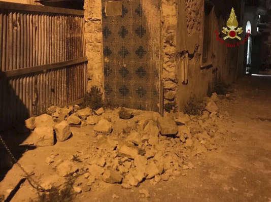 Une femme a été tuée par des débris tombés d'une église sur cette île du sud de l'Italie souvent touchée par des séismes.