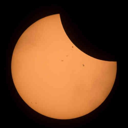 L'éclipse vue depuis Banner, dans le Wyoming. On peut apercevoir la Station spatiale internationale.