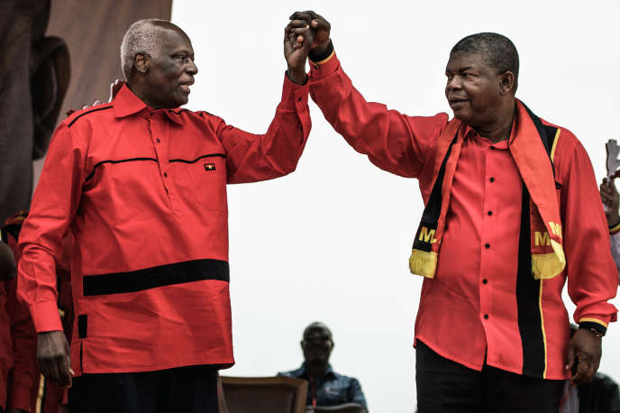 L'ex-president angolais José Eduardo dos Santos (à gauche) et son successeur Joao Lourenco, à Luanda le 19 août.