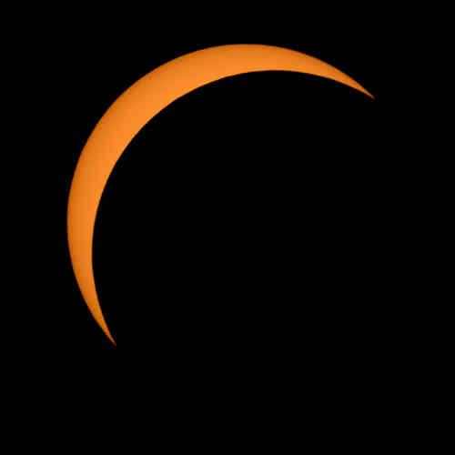 Comme le montrent ces images fournies par la NASA, la Lune est passée progressivement devant le Soleil, plongeant pendant quelques minutes une partie du pays dans le noir.