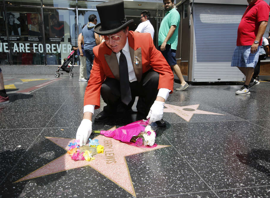 Gregg Donovan, l'autoproclamé ambassadeur d'Hollywood, rend hommage à Jerry Lewis sur son étoile du Hollywood Walk of Fame, à Los Angeles, le 20 août.