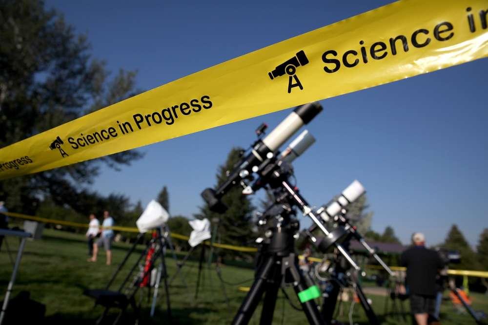Des astronomes amateurs ont installé des caméras et des télescopes au South Mike SedarPark, à Casper (Wyoming).