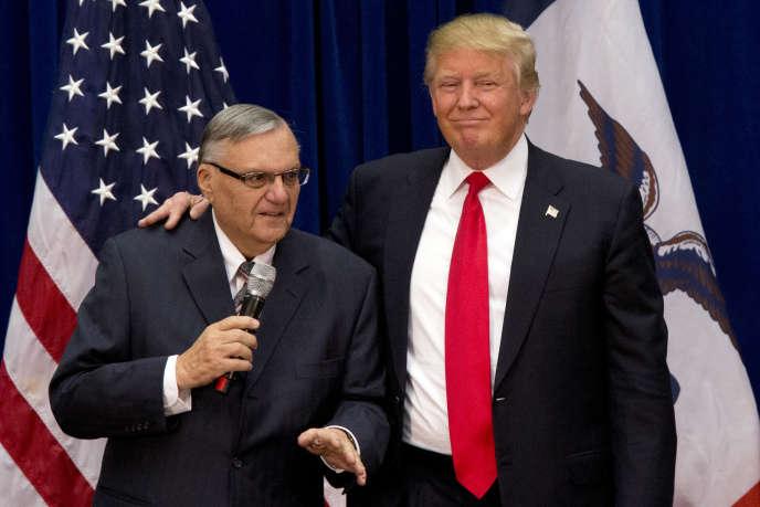 Joe Arpaio avec Donald Trump, en janvier 2016 à Phoenix (Arizona).