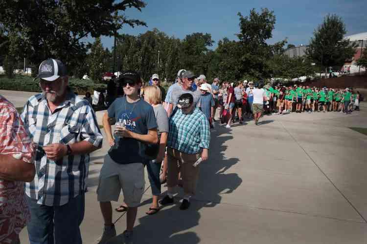 Les Américains se sont mobilisés par millions pour observer l'éclipse. Ici au stade Saluki, sur le campus de la Southern Illinois University, à Carbondale, dans l'Illinois.