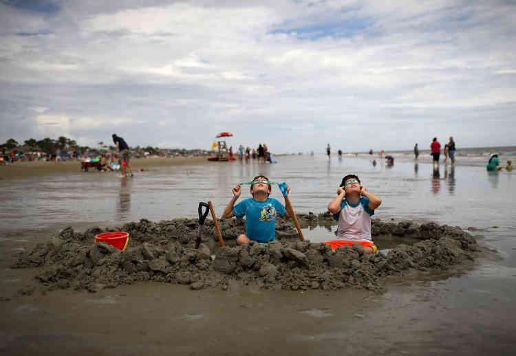 Sur la plage de Hilton Head Island, sur la côte est des Etats-Unis, deux frères ont pu voir la findu parcours de l'éclipse vue du pays.La prochaine éclipse totale de soleil se produira dans moins de sept ans, en avril 2024.