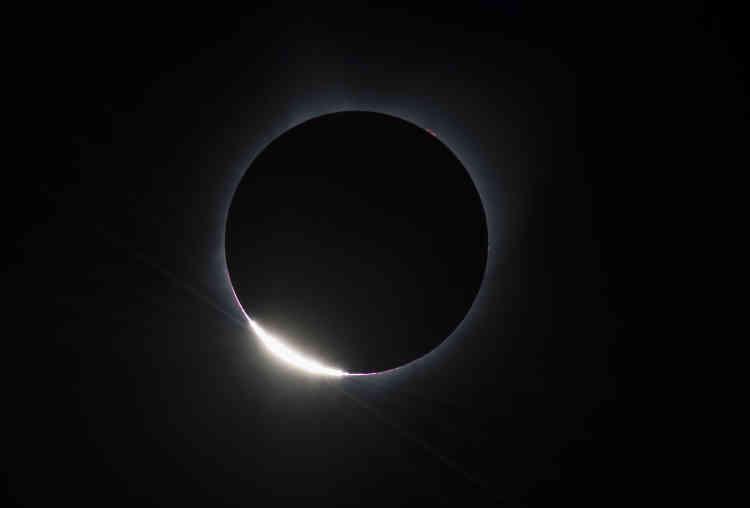 Cette image de la NASA montre le dernier mouvement de la Lune devant le Soleil avant l'éclipse totale.