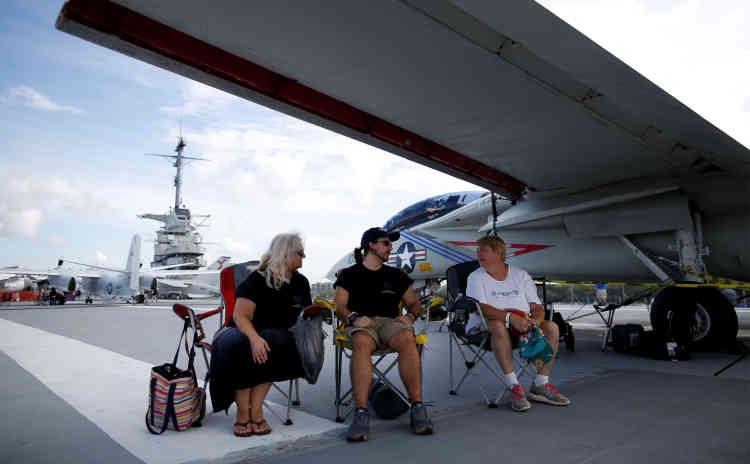 Candace Marz (à gauche), son fils Gabriel, et Jean Garrett (à droite) ont attendu sous l'aile d'un avion de chasse F-14A posé sur un porte-avion abritant le Musée naval des Etats-Unis, à Mount Pleasant (Caroline du Sud).