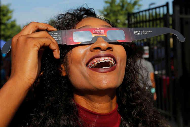 Pour observer l'éclipse, l'usage de lunettes solaires était recommandé par les spécialistes.