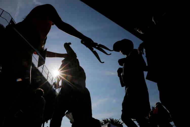 Avant d'accéder au site, on distribue aux visiteurs des lunettes solaires, au stade de football de la Southern Illinois University, à Carbondale.