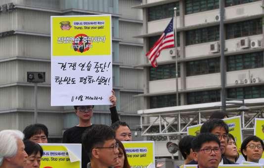 Des Sud-Coréens dénoncent le lancement des exercices conjoints entre Séoul et Washington devant l'ambassade des Etats-Unis à Séoul, le 21 août.