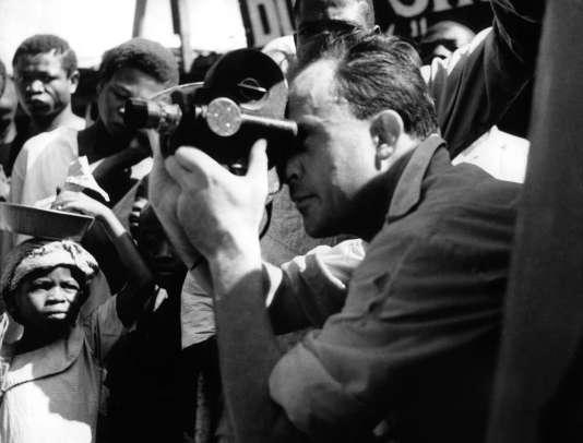 Jean Rouch en 1954. Réalisateur et ethonologue, il est connu pour être le fondateur de l'ethnofiction. Il réalise beaucoup de ses films au Niger, un pays avec lequel il entretient des liens très étroits.