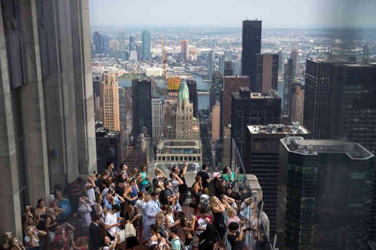 Plusieurs personnes se sont rassemblées en haut duRockefeller Center pour admirer l'éclipse. New York n'était pas sur le chemin de l'éclipse totale. Seuls 72 % du Soleil y était recouvert par la Lune.