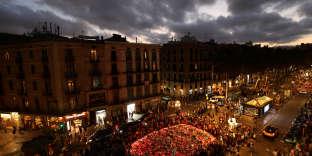 La foule réunie autour du mémorial improvisé sur les Ramblas, à Barcelone, le 20 août.