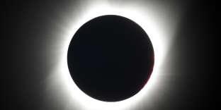 Depuis Redmond, dans l'Oregon, la Lune recouvre maintenant entièrement le Soleil.