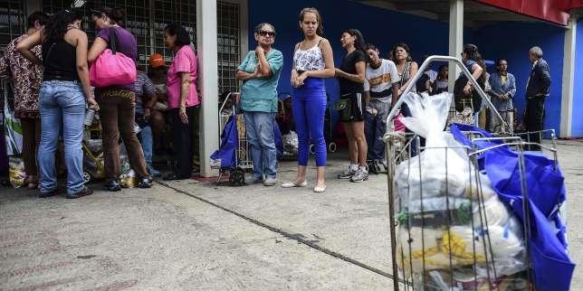 Devant un centre gouvernemental de distribution de produits alimentaires subventionnés, à Caracas, le 16 août.