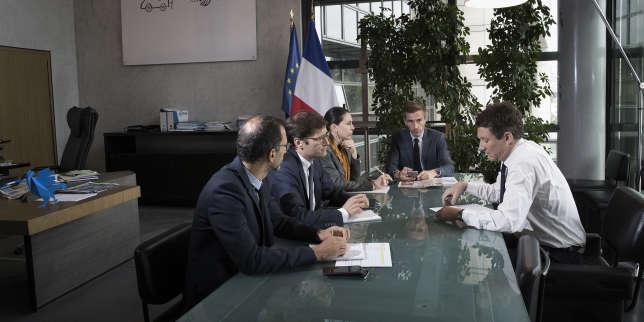 Le secrétaire d'Etat auprès du ministre de l'économie, Benjamin Griveaux (à dr.), lors d'une réunion ouverte aux photographes, dans son bureau de Bercy, le 28 juillet.