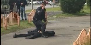 Une video diffusée sur YouTube montre un policier arrêtant un suspect ayant poignardé huit personnes, à Sourgout, en Sibérie occidentale.