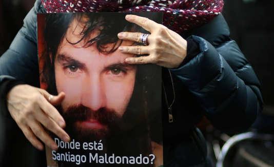 Une manifestante tient une photo de Santiago Maldonado à Buenos Aires, le 22 août 2017.