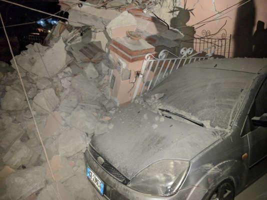Une voiture parmi les gravats à Casamicciola sur l'île d'Ischia, après le tremblement de terre, le 21 août.